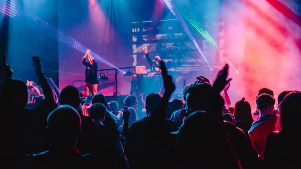 Event Organizer Musik dan Hiburan by alexander popov unsplash