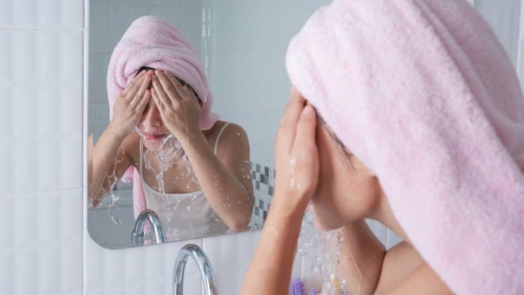 8 Tips Melakukan Perawatan Wajah Usia 40 Tahun Keatas by jcomp Freepik