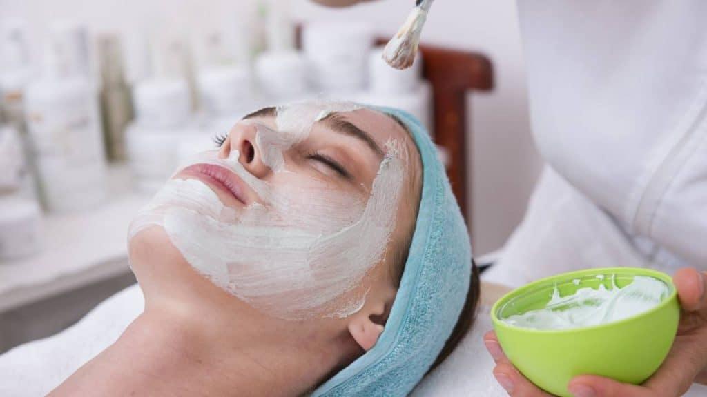 Seorang Wanita Menggunakan Masker Kecantikan untuk Mengatasi Wajah Kusam by freestockcenter Freepik