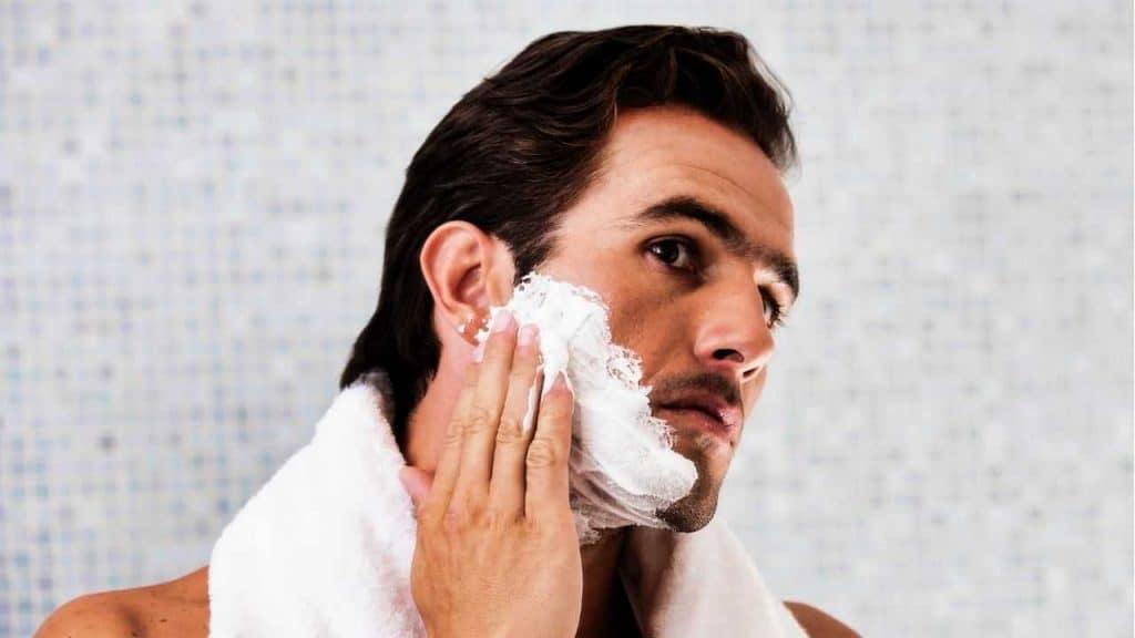 Seorang Pria Menggunakan Sabun Muka Facial Foam by IPGGutenbergUKLtd Canva