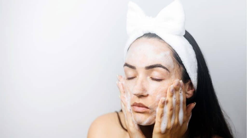 Seorang Wanita Menggunakan Facial Foam by kyryloshevtsov Canva